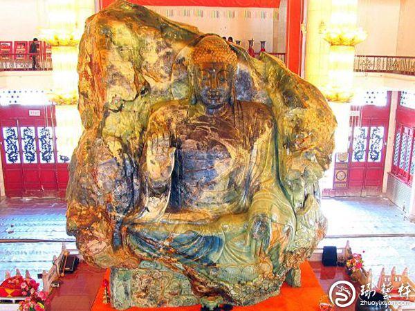 世界最大玉佛由120名玉雕师17个月精雕而成